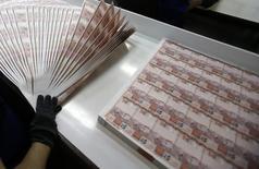 Un empleado revisa billetes de 10 reales en la Casa de la Moneda de Brasil en Río de Janeiro, ago 23, 2012. El Gobierno central de Brasil reportó el jueves un déficit presupuestario primario en agosto de 20.460 millones de reales (6.310 millones de dólares), una cifra superior a la estimación de economistas.  REUTERS/Sergio Moraes