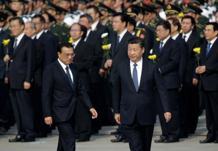 Chinese President Xi Jinping (R) and Premier Li Keqiang arrive to attend a tribute ceremony in front of the Monument to the People's Heroes at Tiananmen Square, ahead of National Day marking the 67th anniversary of the founding of the People's Republic of China in Beijing, China, September 30, 2016. REUTERS/Jason Lee