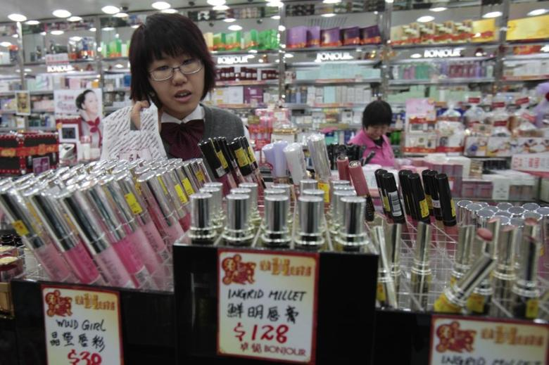 File photo of customers purchasing beauty care products at a cosmetics store in Hong Kong January 21, 2011.   REUTERS/Tyrone Siu