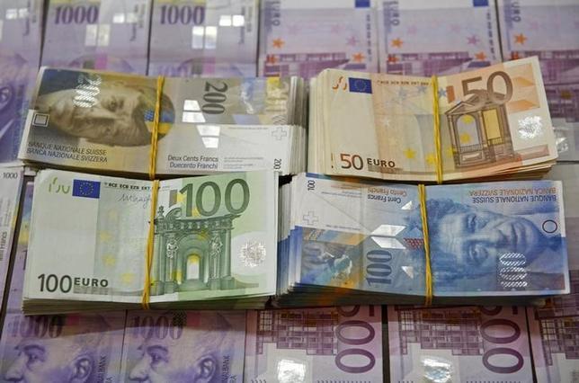 9月30日の外国為替市場でスイスフランが急落。写真はフランとユーロの紙幣、昨年1月撮影(2016年 ロイター/Dado Ruvic)