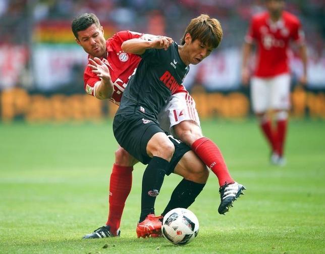 10月1日、サッカーのドイツ1部ブンデスリーガ、大迫勇也(手前)が所属するケルンはバイエルン・ミュンヘンと1─1で引き分けた(2016年 ロイター/Michael Dalder)
