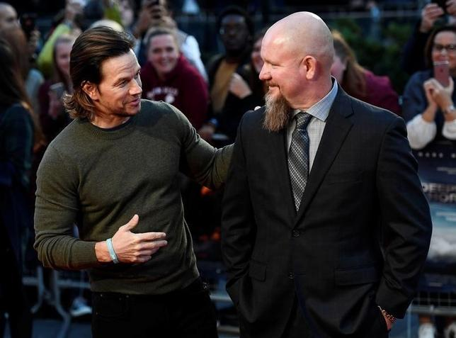 Actor Mark Wahlberg (L) poses alongside Mike Williams as he arrives at the European premiere of ''Deepwater Horizon'' at Leicester Square in London, Britain September 26, 2016. REUTERS/Dylan Martinez  - RTSPIWD