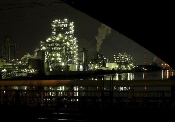 Smoke is emitted from a chimney at factories at the Keihin industrial zone in Kawasaki, Japan, March 28, 2016. Picture taken March 28, 2016. REUTERS/Yuya Shino/Files