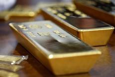 Золотые слитки. Цены на золото были в значительной степени стабильны после решения Великобритании установить срок начала выхода из Европейского союза, так как инвесторы пока не торопятся закладывать в цену какие-либо конкретные последствия Brexit.   REUTERS/Mariya Gordeyeva
