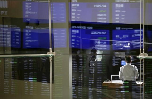 10月4日、寄り付きの東京株式市場で、日経平均株価は前営業日比62円84銭高の1万6661円51銭と続伸して始まっている。東証で2015年8月撮影(2016年 ロイター/Toru Hanai)