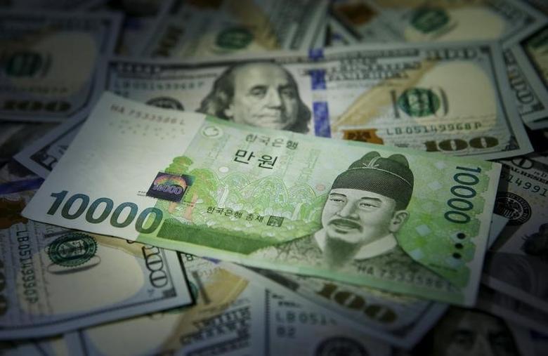 2015年12月15日,韩元和美元纸币。REUTERS/Kim Hong-Ji