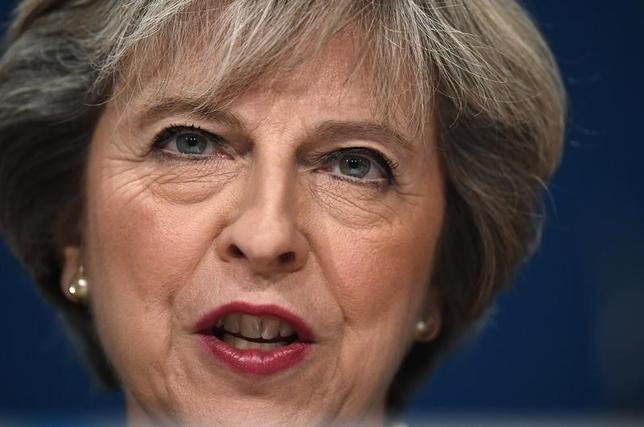10月4日、英国のメイ首相は、欧州連合(EU)からの離脱時期を発表することは企業のためにも重要だとの見方を示した。写真はバーミンガムで2日撮影(2016年 ロイター/Toby Melville)