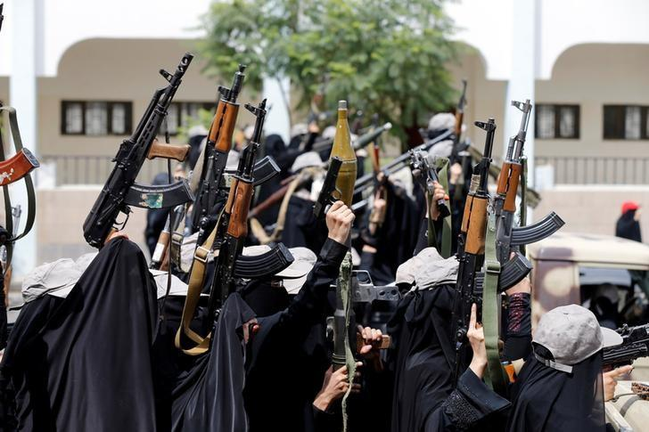 Women loyal to the Houthi movement hold up weapons as they take part in a parade to show support to the movement in Sanaa, Yemen September 7, 2016. REUTERS/Khaled Abdullah