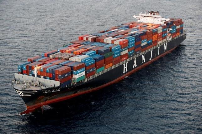 10月4日、写真は韓進海運の船舶。韓国の韓進グループの趙亮鎬会長は議会公聴会で、傘下の韓進海運の経営破綻について、政府の支援を受けている海外の競合海運会社に太刀打ちできなかったと述べた。カリフォルニア州で9月撮影(2016年 ロイター/Lucy Nicholson)