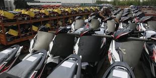 Les constructeurs japonais Honda et Yamaha annoncent mercredi s'allier pour développer de nouveaux scooters destinés au marché de l'archipel, mettant ainsi fin à des décennies de concurrence face à la baisse du marché des deux-roues. /Photo d'archives/REUTERS/Enny Nuraheni