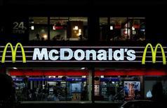 McDonald's est proche d'un accord pour la cession des droits de franchise de ses restaurants à Singapour et en Malaisie au groupe saoudien Reza pour 400 millions de dollars (357 millions d'euros) au plus, selon des sources informées des négociations. /Photo d'archives/CREUTERS/Yuya Shino