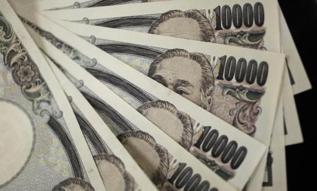 10月6日、ドル/円が、テクニカル面で重要な局面を迎えようとしている。節目の104.32円を抜けて一気に円安が加速するのか、それとも上値を抑えられ、ボックス相場に移行するのか。市場では、その行方を占うキーとして、2つの「ダブル」に対する関心が急速に高まっている。写真は1万円札、都内で2011年8月撮影(2016年 ロイター/Yuriko Nakao)