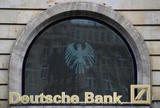 Логотип Deutsche Bank на отделении банка во Франкфурте-на-Майне. Немецкий финансовый регулятор Bafin не нашёл доказательств, подтверждающих, что Deutsche Bank занимался отмыванием денег в России, сообщили источники, знакомые с ситуацией, в четверг.  REUTERS/Kai Pfaffenbach