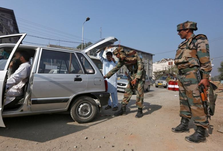 An Indian army soldier searches the boot of a car at a temporary check point near their headquarters in Srinagar October 6, 2016. REUTERS/Danish Ismail