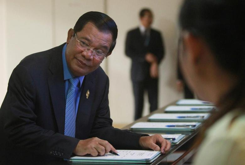 Cambodia's Prime Minister Hun Sen (L) arrives before a plenary session at the National Assembly of Cambodia, in central Phnom Penh, October 7, 2016. REUTERS/Samrang Pring