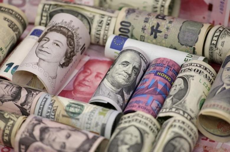 图为2016年1月21日拍摄的美元、欧元、人民币、英镑、日圆和港元等币种。REUTERS/Jason Lee