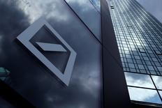 El logo del Deutsche Bank en la sede de la compañía en Fráncfort, Alemania. 9 de junio de 2015. Deutsche Bank se ha asegurado el apoyo de su mayor accionista, en momentos en que se encuentra inmerso en una crisis de confianza por la demanda de las autoridades de Estados Unidos de un pago de hasta 14.000 millones de dólares por acusaciones de que vendió de forma irregular activos respaldados por hipotecas. REUTERS/Ralph Orlowski/File Photo