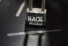 Замок на стенде конференции по кибербезопасности Black Hat в Лас-Вегасе, Невада, 3 августа 2016 года. Власти США в пятницу впервые официально обвинили Россию в развязывании кампании кибератак против Демократической партии, выдвинувшей Хиллари Клинтон в президенты на выборах 8 ноября. REUTERS/David Becker