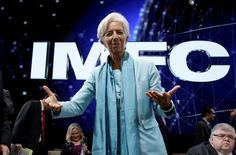 """La directora gerente del Fondo Monetario Internacional (FMI), Christine Lagarde, gesticual a su llegada al plenario de la institución en Washington. 8 octubre 2016. El comité directivo del FMI llamó el sábado a los países miembros a usar todas las herramientas políticas para apoyar una recuperación económica global que continúa de forma """"lenta y desigual"""". REUTERS/Yuri Gripas"""