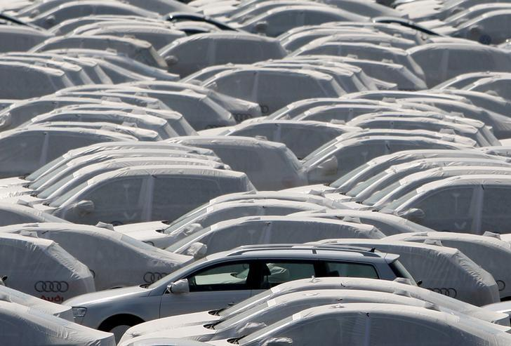 New cars of several brands of German carmaker Volkswagen AG are covered with protective covers before they are loaded for export on a transport ship at the harbour of the Volkswagen plant in Emden, Germany, April 24, 2009.     REUTERS/Christian Charisius/File photo