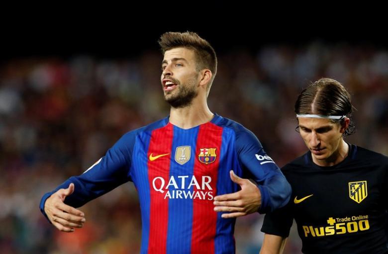 Football Soccer - Barcelona v Atletico Madrid - Spanish La Liga Santander - Camp Nou stadium, Barcelona, Spain - 21/09/16. Barcelona's Gerard Pique gestures. REUTERS/Albert Gea