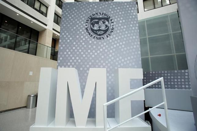 10月8日、国際通貨基金(IMF)の国際通貨金融委員会(IMFC)は8日、低迷する世界貿易の回復、政府支出の拡大、企業活動の障害撤廃により低成長打開に取り組む方針を示した。写真はIMFのロゴ、ワシントンで9日撮影(2016年 ロイター/Yuri Gripas)