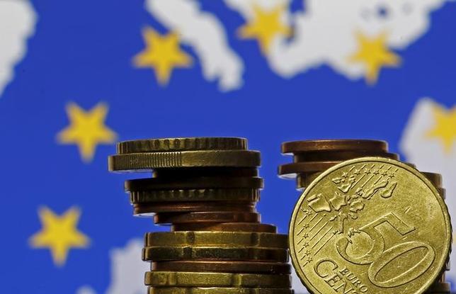 10月7日、米JPモルガン・チェースのダイモンCEOは、国際金融協会(IIF)の年次総会で、英国民がEU離脱を選択したことで、ユーロ圏が10年後も存在している可能性が低くなったと指摘した。写真はユーロのコイン、2015年5月撮影(2016年 ロイター/Dado Ruvic)