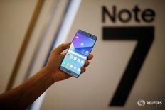 Смартфон Galaxy Note 7 на церемонии запуска в Сеуле.  Samsung Electronics Co Ltd приостановила производство смартфонов Galaxy Note 7, сказал источник в понедельник, после того как сообщения о воспламенении замененных флагманских моделей усугубили худший в истории технологического гиганта кризис. REUTERS/Kim Hong-Ji/File Photo