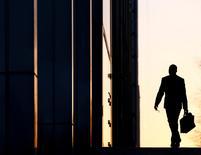 Сотрудник входит в офисное здание в деловом районе Лондона. Экономика Великобритании, по-видимому, сбавляет темпы роста, в то время как результаты крупных бизнес-исследований указывают на заметный спад в секторе услуг и опасения инвесторов за будущее компаний в связи с решением страны покинуть Европейский союз. REUTERS/Eddie Keogh/File Photo