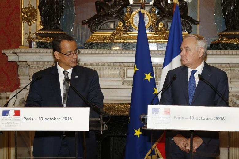 French Foreign Affairs Minister Jean-Marc Ayrault  (R) and U.N. special envoy for Yemen, Ismail Ould Cheikh Ahmed, attend a news conference at the Quai d'Orsay Foreign Ministry in Paris, France, October 10, 2016.   REUTERS/Jacky Naegelen