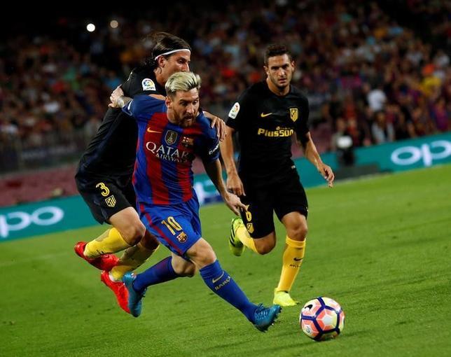 10月10日、サッカーのスペイン1部、バルセロナのアルゼンチン代表主将リオネル・メッシ(手前)は、15日にホームで行われるデポルティボ戦での戦列復帰を目指している。バルセロナで9月撮影(2016年 ロイター/Albert Gea)