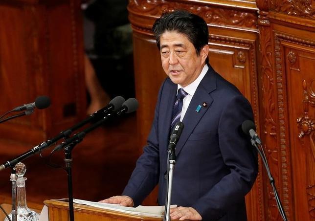 10月11日、経済対策を盛り込んだ2016年度第2次補正予算は、参院本会議で自民、公明両党などの賛成多数で可決、成立した。写真は安倍首相、9月国会で撮影(2016年 ロイター/Kim Kyung-Hoon)