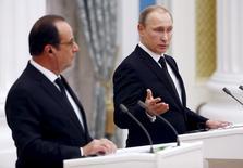 Владимир Путин и Франсуа Олланд на пресс-конференции после встречи в Кремле. Президент России Владимир Путин отменил визит в Париж, который должен был состояться на следующей неделе, сообщил Кремль во вторник.   REUTERS/Sergei Chirikov/Pool