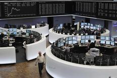 Les Bourses européennes continuent mardi d'évoluer en ordre dispersé et sans grand changement à mi-séance. Vers 10h15 GMT, le CAC 40 progresse de 0,19%, le Dax avance de 0,07% et le FTSE prend 0,10%. /Photo d'archives/REUTERS/Alex Domanski