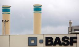 BASF a annoncé une baisse de 5,4% de son bénéfice d'exploitation au troisième trimestre, à 1,5 milliard d'euros, un résultat supérieur aux attentes puisque les analystes financiers prévoyaient en moyenne un montant de 1,3 milliard. Il réaffirme prévoir pour l'ensemble de l'année 2016 un recul de 6% ou plus de son chiffre d'affaires et une baisse susceptible d'atteindre 10% de son bénéfice d'exploitation hors exceptionnels par rapport à l'an dernier. /Photo d'archives/REUTERS/Christian Hartmann/