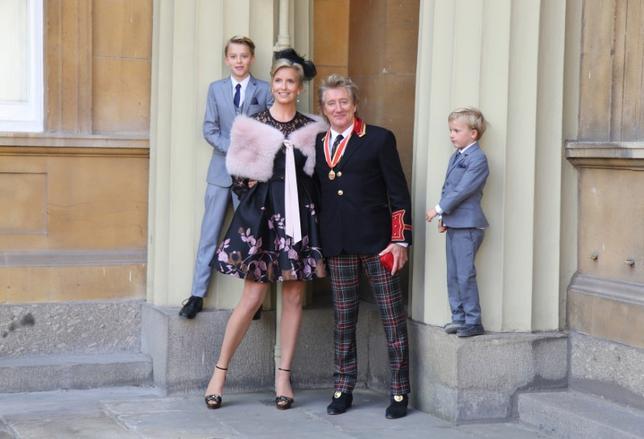 10月11日、英歌手ロッド・スチュワートさんがバッキンガム宮殿でウィリアム王子からナイトの爵位を授与された。授与式に出席した一家(2016年 ロイター/Gareth Fulller)