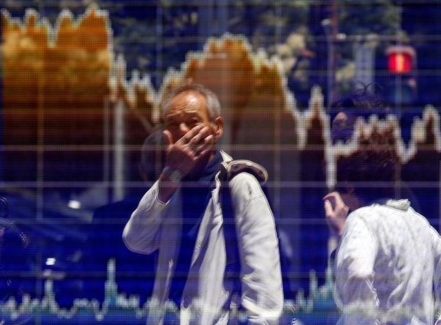 10月12日、東京株式市場で日経平均は反落した。前日の米国株式市場でダウが200ドルを超す値下がりとなったことを背景に、日本株にも売りが波及。写真は株価ボード。都内で6月撮影(2016年 ロイター/Toru Hanai)