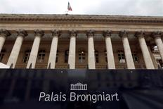 Les Bourses européennes ont ouvert mercredi en baisse avec un plongeon pour le titre Ericsson après un avertissement de l'équipementier suédois de réseaux mobiles sur ses résultats du troisième trimestre.  À Paris, le CAC 40 cède 0,46% à 4.451,35 vers 07h30 GMT. À Francfort, le Dax cède 0,2% et à Londres, le FTSE recule de 0,3%. /Photo d'archives/REUTERS/Charles Platiau