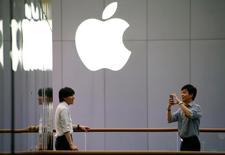 Apple projette d'ouvrir un centre de recherche-développement à Shenzhen afin de renforcer son implantation en Chine. /Photo prise le 28 juillet 2016/REUTERS/Thomas Peter