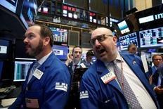 Трейдеры на Уолл-стрит. Американские фондовые индексы меняются слабо и разнонаправленно в начале торгов среды, в то время как инвесторы ждут выхода протокола сентябрьского заседания ФРС. REUTERS/Brendan McDermid