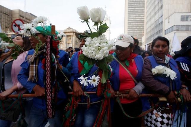 10月12日、コロンビアの首都ボゴタで、政府と同国最大の左翼ゲリラ組織、コロンビア革命軍(FARC)による和平合意が国民投票で否決されたことを受け、学生や農民、先住民のリーダーなど数千人が和平合意の復活を求めてデモ行進した。写真はコロンビアの首都ボゴタ で撮影(2016年 ロイター/John Vizcaino)