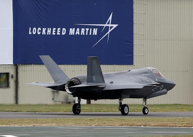 10月13日、米防衛大手ロッキード・マーチンのスティーブン・オーバー取締役は、ロイターとのインタビューで、同社を中心に開発するF35戦闘機(写真)について、日本企業による生産へのさらなる関与に期待を示した。英フェアフォードで7月撮影(2016年 ロイター/Peter Nicholls)