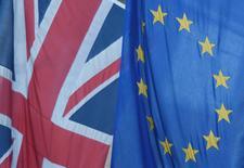 Una bandera de la Unión Europea junto a una del Reino Unido, en Westminster, Londres, Reino Unido. 24 de junio de 2016. La Unión Europea asumirá una dura postura durante las negociaciones de separación del Reino Unido, mostró un sondeo de economistas, mientras que una caída del valor de la libra esterlina se encamina a elevar la inflación por encima de la meta del Banco de Inglaterra para el año próximo. REUTERS/Toby Melville/File Photo