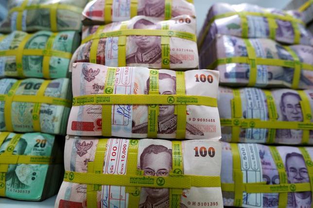10月14日、外国為替市場では、タイバーツが1%以上上昇して始まった。プミポン国王の死去で短期的な資本流出のリスクはあるものの、タイ経済に大きな混乱が生じる可能性は低いというのがアナリストや外交筋の見方だ。写真はバンコクで5月撮影(2016年 ロイター/Athit Perawongmetha)
