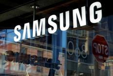 Магазин Samsung на Манхэттене. Samsung Electronics Co Ltd сообщил в пятницу, что ожидает потерь в операционной прибыли в размере около $3 миллиардов в следующие два квартала в связи с приостановкой производства потенциально взрывоопасных смартфонов Galaxy Note 7.  REUTERS/Andrew Kelly/File Photo