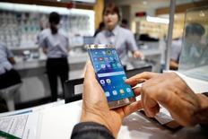 Um cliente usa seu dispositivo Galaxy Note 7 enquanto aguarda troca na sede da Samsung em Seul, Coreia do Sul 13/10/2016  REUTERS/Kim Hong-Ji
