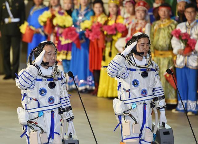 10月17日、中国は有人宇宙船を内モンゴル自治区の衛星発射センターから打ち上げた。写真は宇宙船に乗り込む2人の宇宙飛行士(2016年 ロイター/CHINA DAILY)
