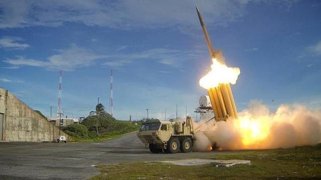 10月17日、北朝鮮の弾道ミサイル発射が相次ぐ中、防衛省は迎撃態勢の強化を加速する検討に入った。写真は「THAAD(サード)」。U.S. Department of Defense, Missile Defense Agency提供(2016年  ロイター)