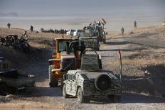 """Курдские ополченцы движутся на Мосул, чтобы атаковать ИГИЛ. Иракские правительственные силы при поддержке возглавляемой США коалиции на земле и с воздуха в понедельник начали наступление для вытеснения """"Исламского государства"""" из Мосула - последнего крупного оплота боевиков в стране. REUTERS/Azad Lashkari"""