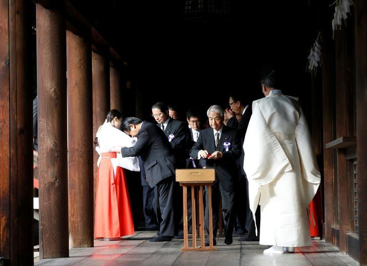 A group of lawmakers including Japan's ruling Liberal Democratic Party (LDP) lawmaker Hidehisa Otsuji (3rd from R) sip sake as a ritual after offering prayers at the Yasukuni Shrine in Tokyo, Japan, October 18, 2016.  REUTERS/Kim Kyung-Hoon